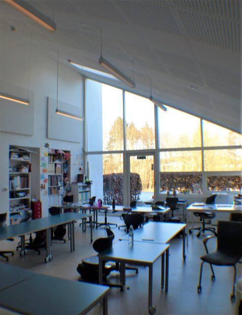 Lyst og stort klasselokale med naturlig ventilation